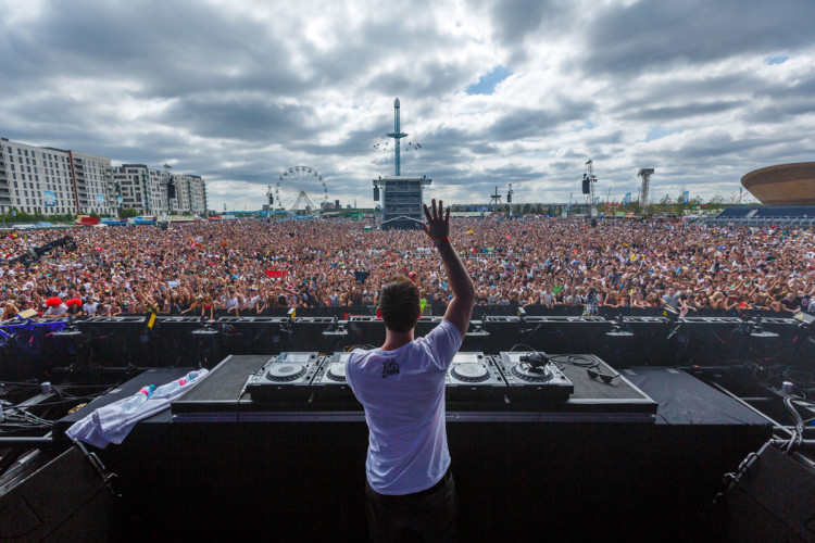 Hardwell spinning at EDC London 2013 at Queen Elizabeth Park (Photo by Jeff Lombardo)